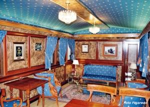 lujoso interior del vagón del Teniente General Manuel Díez Alegría. Foto Figaredo, Gijón