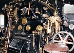 Cabina de conducción de locomotora de vapor. Foto Figaredo, Gijón