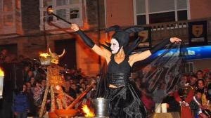 """""""bruxa"""" haciendo queimada en fiesta medieval de Monforte"""