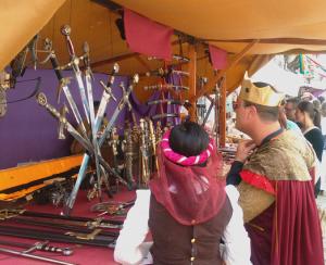 puesto de espadas en fiesta medieval de Monforte