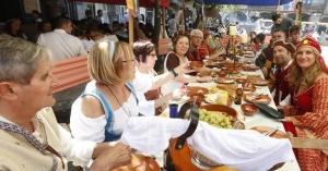 comida de vecinos en fiesta medieval de Monforte