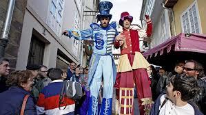 gente con zancos en fiesta medieval de Monforte