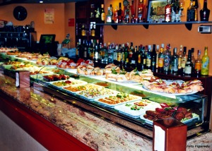 barra de bar en Laguardia repleta de pinchos. Foto Figaredo, Gijón