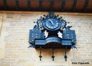 reloj animado de Laguardia con dos bailarines. Foto Figaredo, Gijón