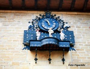reloj animado en Laguardia con sus tres bailarines. Foto Figaredo, Gijón
