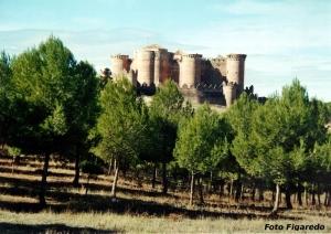 Vista lejana del castillo de Belmonte. Foto Figaredo, Gijón