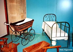 cuna y cochecito de bebé antiguos. Foto Figaredo, Gijón