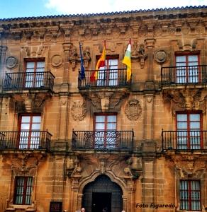 fachada del Ayuntamiento de Briones. Foto Figaredo, Gijón