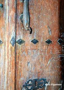 puerta en Nájera con inscripciones de peregrinos. Foto Figaredo, Gijón