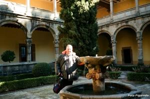 Un servidor, junto a la fuente del convento de Yuste. Foto Figaredo, Gijón