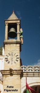 el abuelo Mayorga dando las campanadas. Foto Figaredo, Gijón