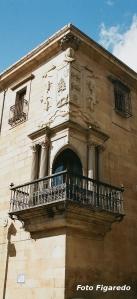 escudo de un palacio haciendo esquina. Foto Figaredo, Gijón