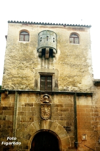 Palacio con escudo y matacán. Foto Figaredo, Gijón