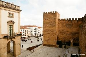 Torre de tapial y plaza al fondo. Foto Figaredo Gijón