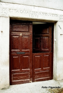 antigua puerta con dintel grabado. Foto Figaredo, Gijón