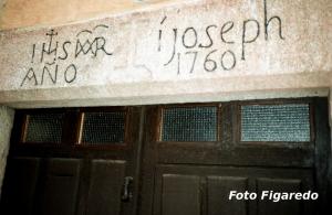 detalle del dintel de una puerta. Foto Figaredo, Gijón