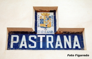 Letrero y escudo de Pastrana. Foto Figaredo, Gijón