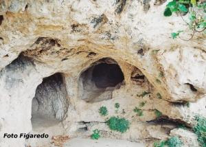 Cuevas bajo la Iglesia de Santa María de la Peña. Foto Figaredo, Gijón