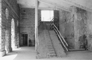 escalera que sube de los talleres a logia que comunica con la zona noble. Obsérvese el efecto claraboya que simboliza el éxito. Universidad Laboral de Gijón