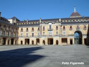 Plaza Mayor y epicentro de esa ciudad ideal. Universidad Laboral de Gijón