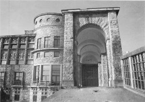 gran puerta de entrada a zona noble desde talleres. Universidad Laboral de Gijón