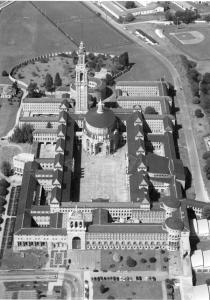 Universidad Laboral de Gijón como ciudad modelo amurallada